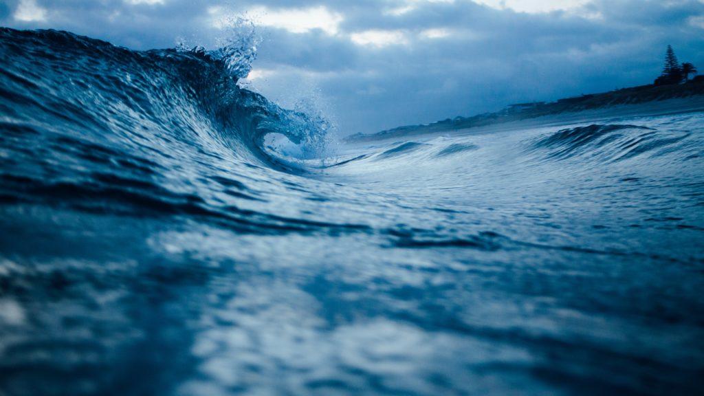 Illustrasjon av bølgen som slår mot land